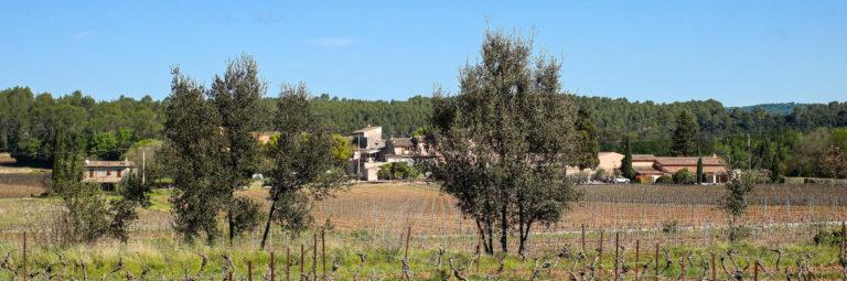vue lointaine du Château Sainte Croix domaine viticole en Provence
